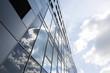 canvas print picture - Wolken spiegeln sich in Fassade aus Glas