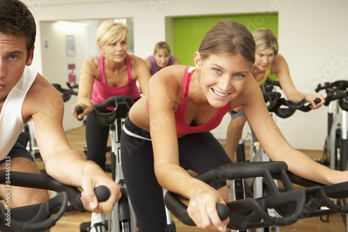 In de dag Fitness Group Taking Part In Spinning Class In Gym