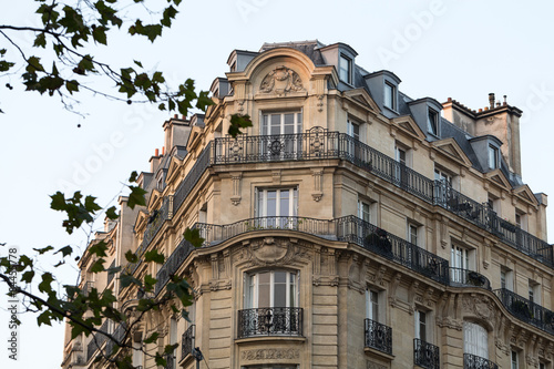Photo  corner of of typical house with balcony in Paris, France