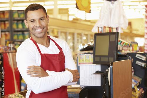 Plakat Mężczyzna Kasjer W Kasy Supermarket