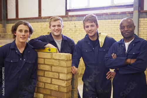 Fotografía  Teacher Helping Students Training To Be Builders