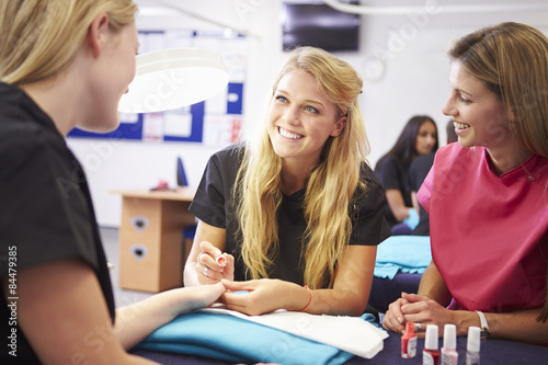 Photo  Teacher Helping Students Training To Become Beauticians