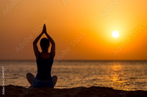 Keuken foto achterwand Ontspanning Yoga practice on the beach