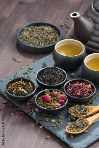 Spoed Foto op Canvas koffiebar assortment of fragrant dried teas and green tea, vertical