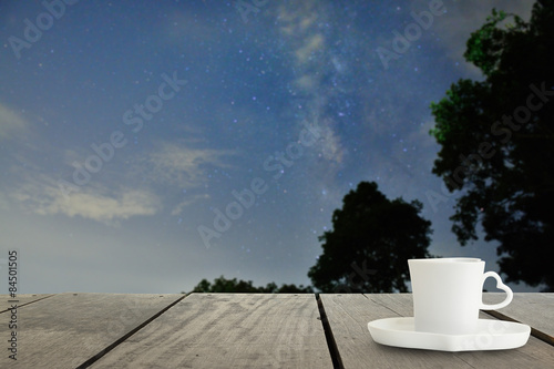 Photo  Defocus with terrace wood and cappuccino coffee with Milky way