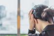 Leinwanddruck Bild - 頭を抑える女性