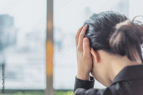 Obraz 頭を抑える女性 - fototapety do salonu