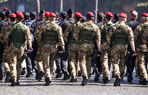 Fotomural  Soldati nella Parata del 2 giugno, festa della Repubblica italiana