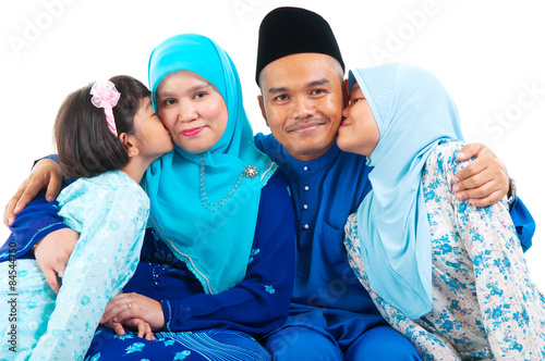 Fotografía  Malay girls kiss their parent