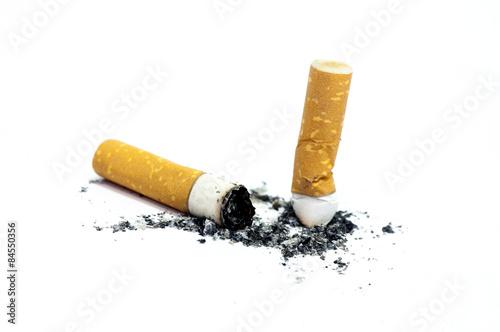 Fototapeta Hotové cigarety izolovaných na bílém