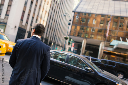 Foto op Plexiglas New York TAXI Businessman portrait from behind on the streets of Manhattan. Ne