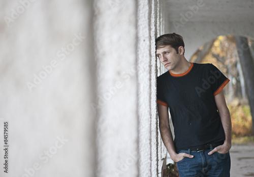 Chico triste y pensativo