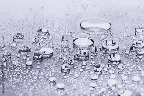 woda-kropla-bialy
