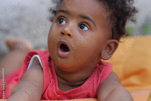 Un piccolo bambino mulatto