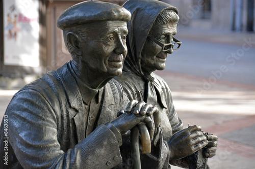 estatua de una pareja de ancianos en las calles de burgos
