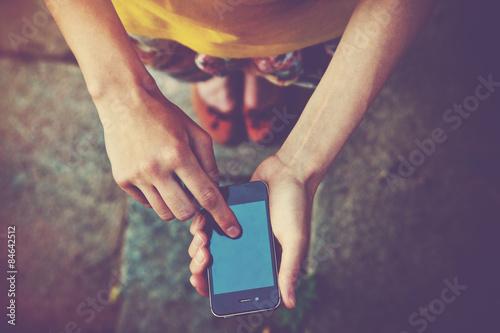 Foto  Hände mit einem Telefon SMS auf Smartphone-App