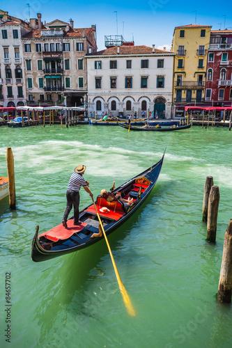 Türaufkleber Gondeln Tourists travel on gondolas at canal