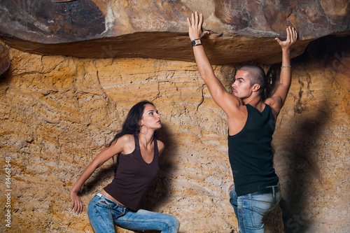 Foto  Couple in jeans in cave