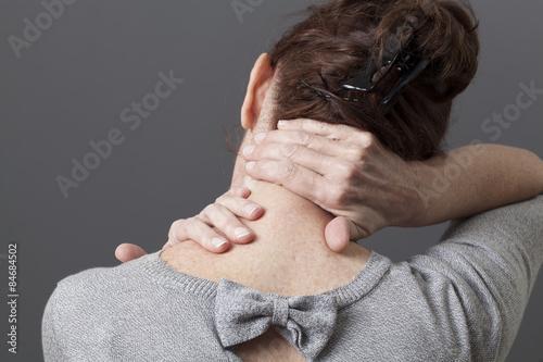 Fotografía  neck and shoulder gestures for releasing tension in back