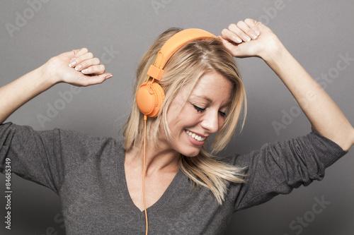 obraz dibond dość młoda kobieta korzystających dobre wibracje na słuchawkach