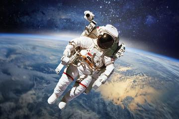 Astronauta w kosmosie z planety Ziemia jako tło. Elementy