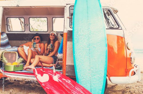 Fotografia  Beach Lifestyle Surfer Girls in Vintage Surf Van