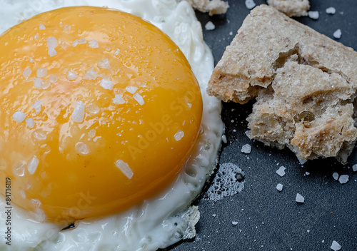 Foto op Plexiglas Gebakken Eieren fried egg and bread close up, breakfast
