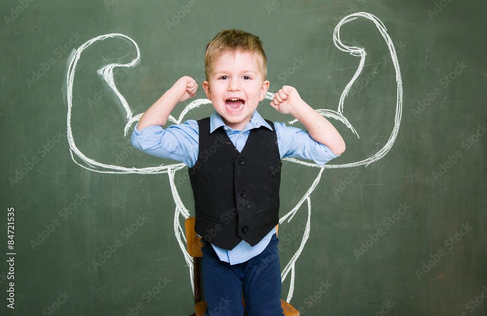 Fototapety, obrazy: Kleiner Jung mit Kraft und Muskeln
