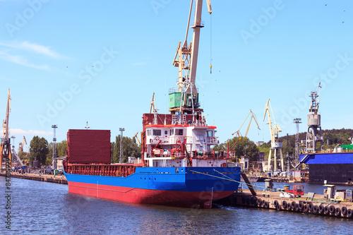 statek-towarowy-w-porcie-w-gdyni-polska
