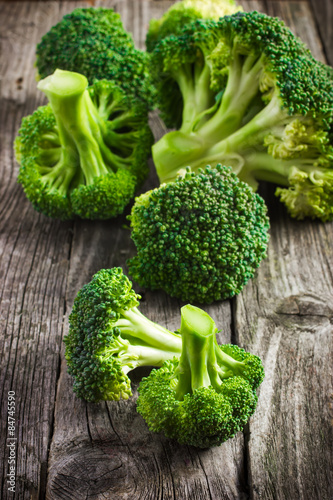 Photo  fresh organic broccoli on a wooden table