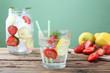 bevanda ghiacciata con fragole e limone sfondo verde
