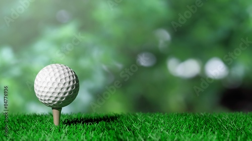 Poster Golf Golf ball on green turf and green background