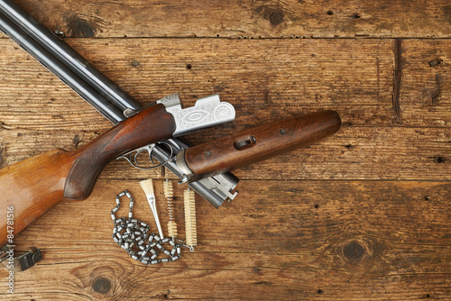 Autocollant pour porte Chasse hunting gun with cleaning kit on a wooden table