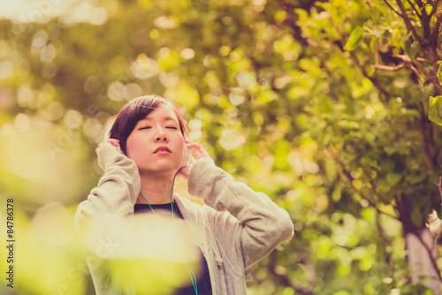 Poster  ヘッドフォンで音楽を聞く女性