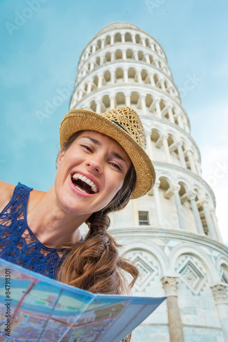 Foto  Closeup of laughing female tourist holding map in Pisa