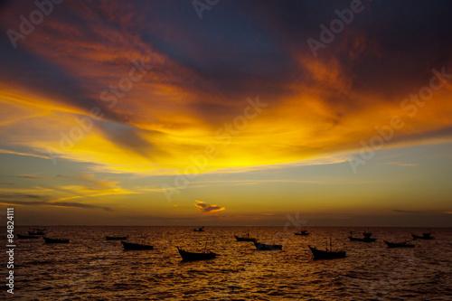 In de dag Ochtendgloren Stock Photo - Scenic View of Boat Floating in The Sea while Suns