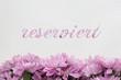 reserviert Blumen und Text