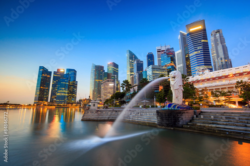 La pose en embrasure Singapoure The Merlion fountain Singapore skyline.