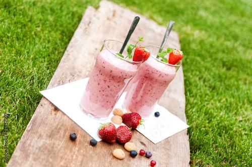 Fotografie, Obraz  Fruchtiger Beerenmilchshake im Freien
