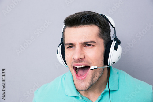 Photo  Man screaming in headset