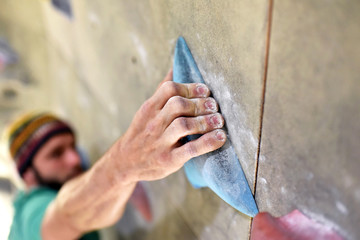 Fototapeta Detail Hand hält sich an Griff fest, Kletterer/ Bergsteiger in Halle