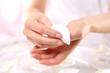Manicure, zmywacz do paznokci Manicurzystka usuwa lakier z paznokci zmywaczem i płatkiem kosmetycznym