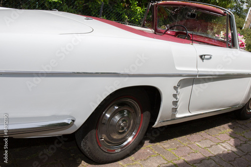 Fototapety, obrazy: Back view of a classic car parked in a field