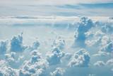 Artystycznie wyglądające chmury na niebie