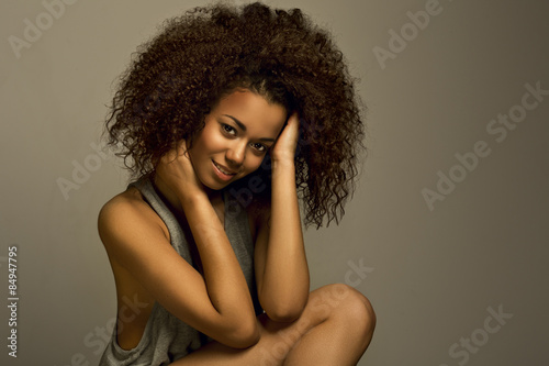 Fotografía  Portrait of a beautiful natural young African woman smiling happiness