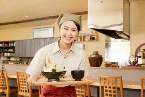 Fotobehang Restaurant 食事を運ぶ飲食店の店員