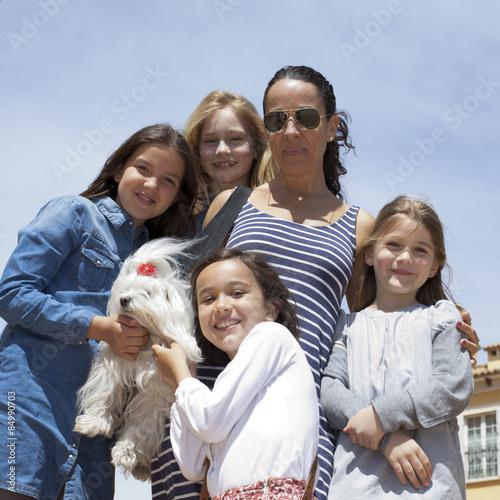 Fotografía  Mujer y niñas con bichón maltés