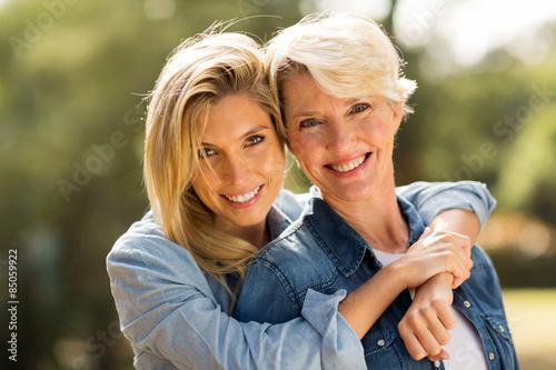 Obraz mother and daughter hugging - fototapety do salonu