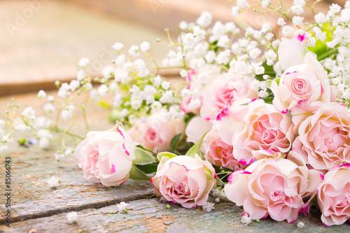 Fotografering  Ein herrlicher Rosenstrauß auf rustikalem Holz