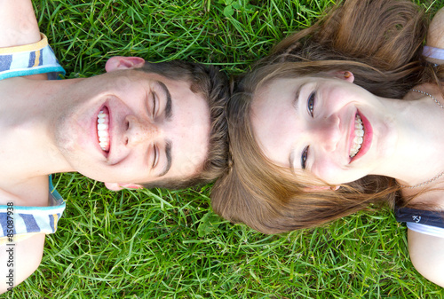 Láminas  Young happy couple lying in grass